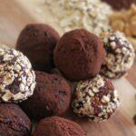Dadelkugler med kakao og peanuts