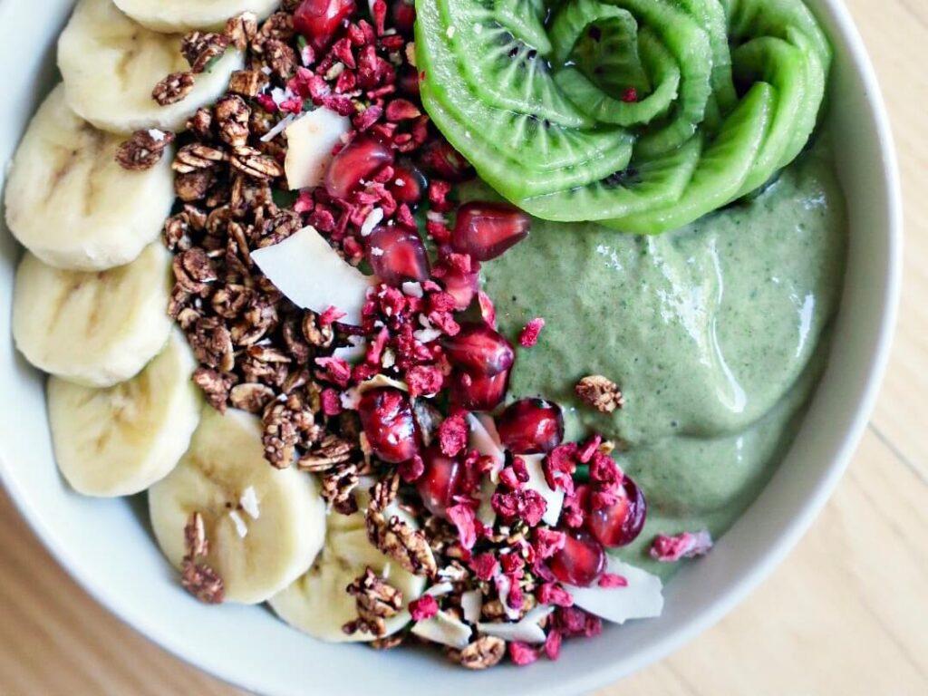 Grøn smoothie bowl med spinat og avocado