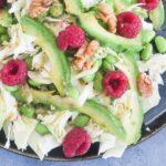 Salat med spidskål, avocado og hindbær