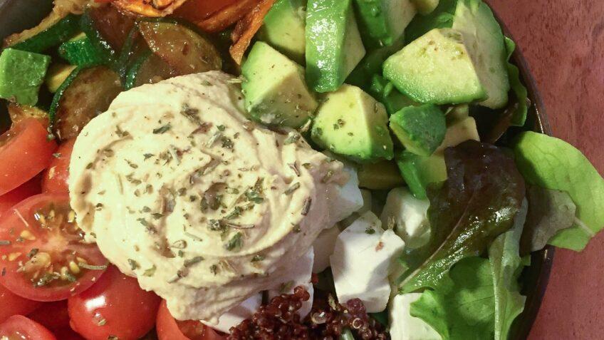 Buddha bowl med sød kartoffel og quinoa