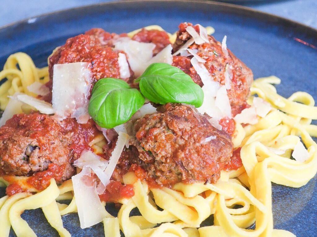 Pasta med kødboller i tomatsovs