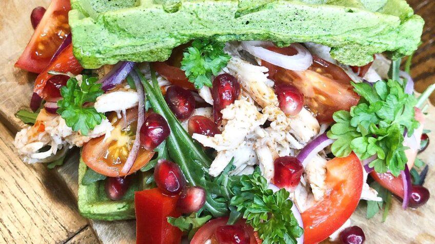 Spinatvafler med kylling og grøntsager