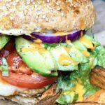 Mexicansk kyllingeburger med avocado og salsa