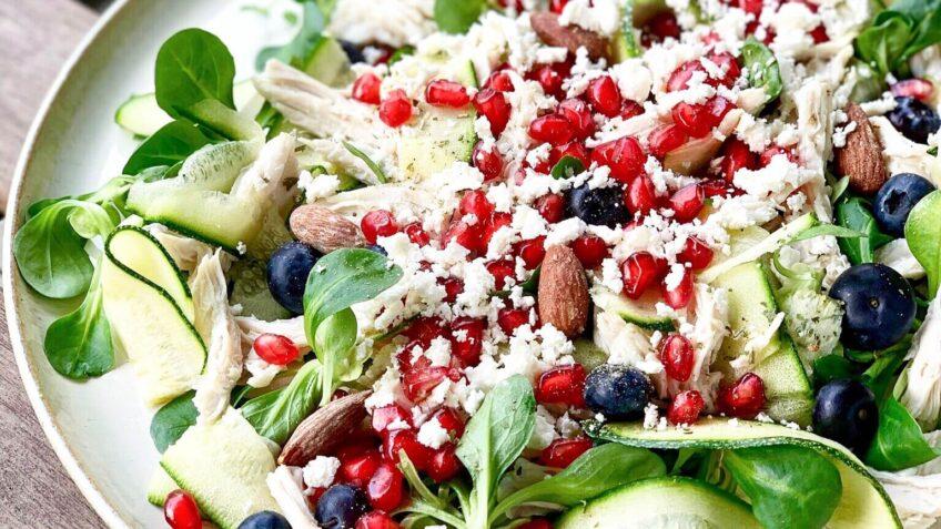 Grøn salat med kylling og bær