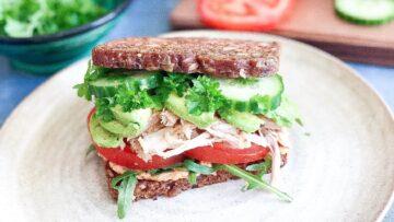 Sund rugbrødssandwich med kylling