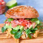 Mexicansk kyllingeburger med hjemmelavet salsa