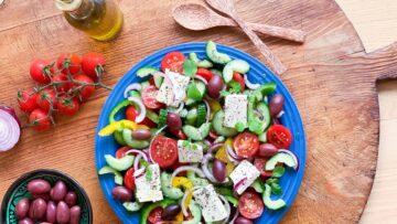 Græsk salat med oliven og fetaost