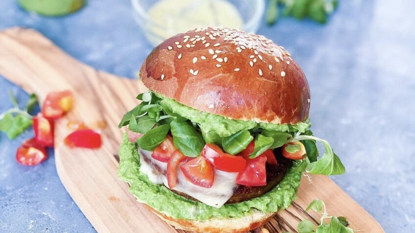 Vegetarburger med avocado- og ærtedip