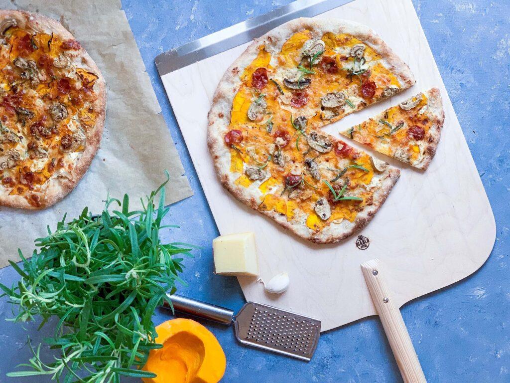 Surdejspizza med hokkaido græskar og chorizo
