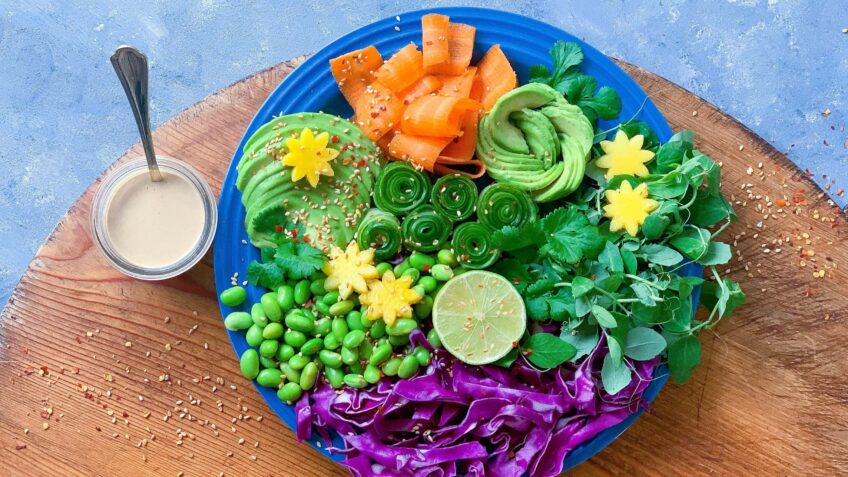 Asiatisk salat med avocado og mango