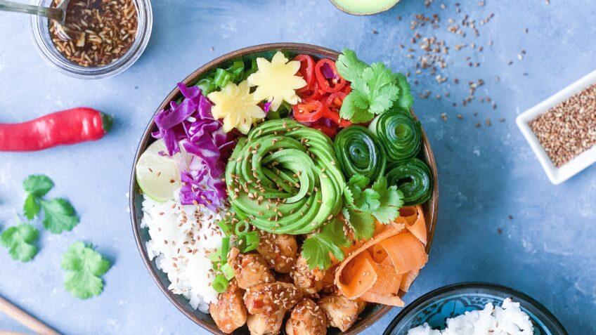 Hjemmelavet poke bowl med teriyaki kylling