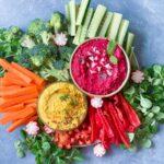 Grønt med rødbedehummus og spicy karryhummus
