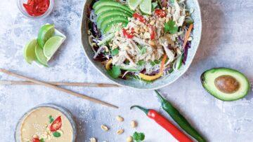 Asiatisk salat med kylling og risnudler