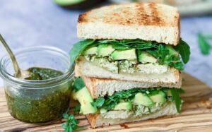 Grøn toast med kylling og avocado