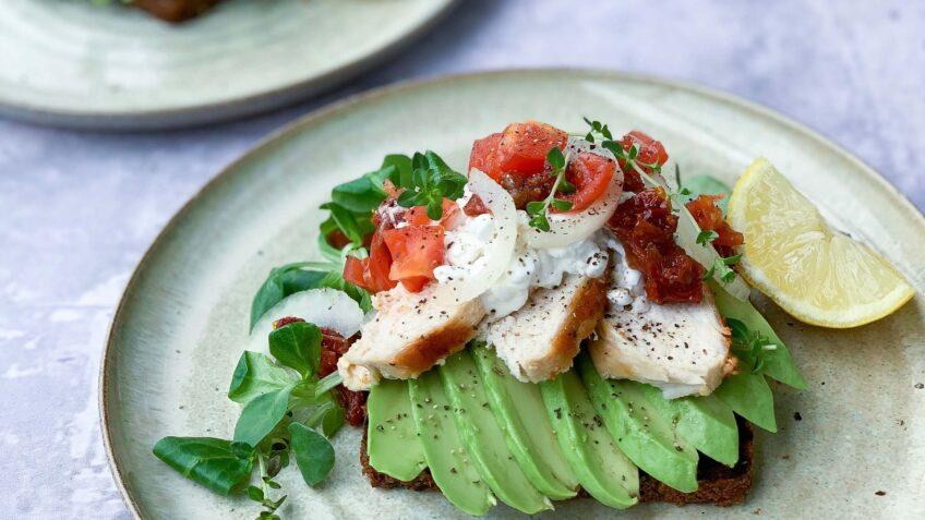 Avocadomad med kylling og tomat