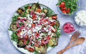 salat med kylling og grillede grøntsager